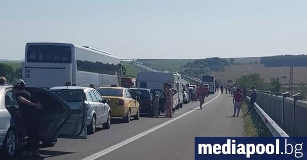 Натоварен трафик по магистралите и няколко катастрофи белязаха последния от
