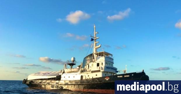 Италианската брегова охрана прехвърли жени и деца от спасителен кораб