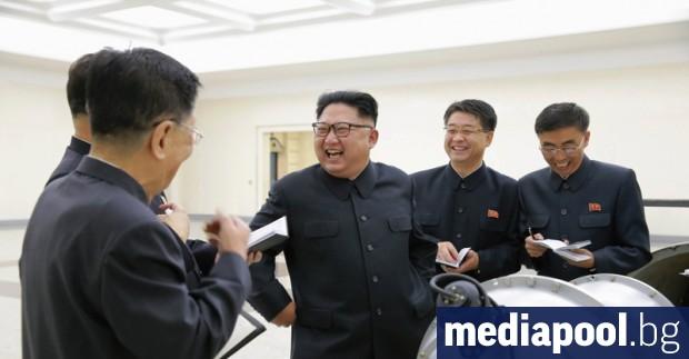 Севернокорейският лидер Ким Чен-ун наблюдава вчера изпитанията на разработена неотдавна