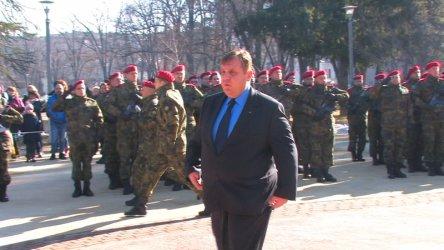 Каракачанов пак пусна предизборната димка с връщането на казармата