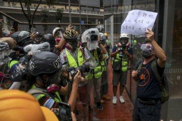 Щети за 357 млн. долара търпи икономиката на Хонконг заради безредиците