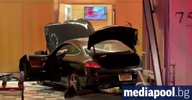 Снимка: Трима души бяха ранени, след като автомобил се блъсна в Тръмп плаза в Ню Йорк