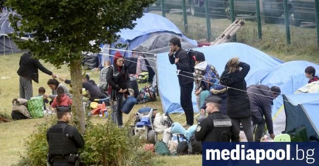 Френската полиция евакуира най-малко 900 мигранти от спортна зала и