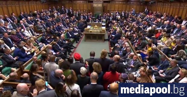 Британският парламент възобновява заседанията си утре, след като по-рано във