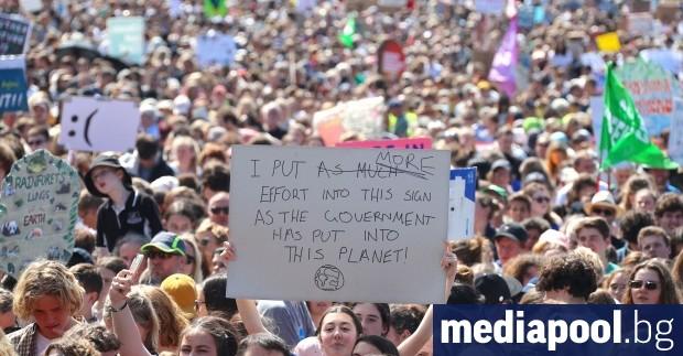 Милиони хора в целия свят участват в петък масови демонстрации