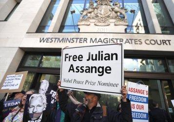 Джулиан Асандж се яви пред британски съд