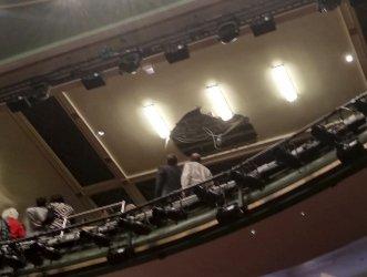 Рухна част от тавана на лондонски театър по време на представление