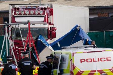Полицията издирва двама братя от Северна Ирландия във връзка със смъртта на 39 мигранти