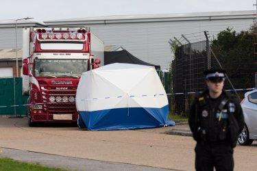 Двама души са задържани във Великобритания заради камиона ковчег