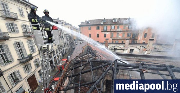 При пожар е изгоряла една четвърт от покрива на сградата
