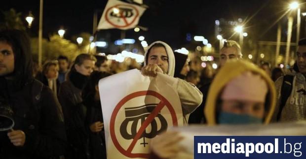 Няколко хиляди демонстранти протестираха срещу посещението на испанското кралско семейство