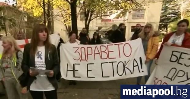 Медицински сестри излязоха на протест пред Националната здравноосигурителна каса (НЗОК)
