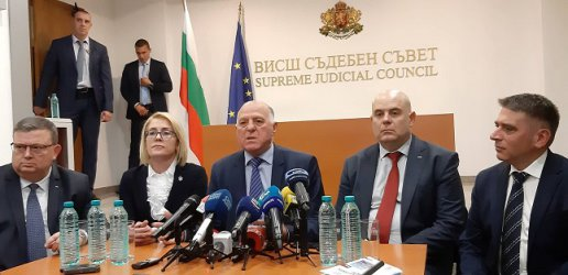 Десетки съдии искат дисциплинарно преследване срещу Иван Гешев и извинение