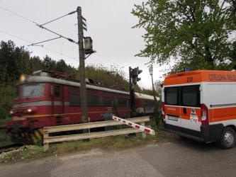 Лек автомобил и пътнически влак се сблъскаха на охраняем прелез