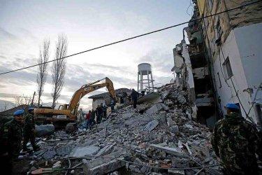 Загиналите от земетресението в Албания вече са 35