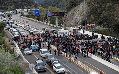 Полицията в Каталуния изгони сепаратистките демонстранти от важна магистрала