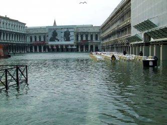 Протест по улиците на Венеция заради бездействието на властите след наводненията