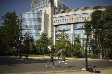 Правната комисия на ЕП одобрява кандидат-еврокомисарите от Унгария, Румъния и Франция