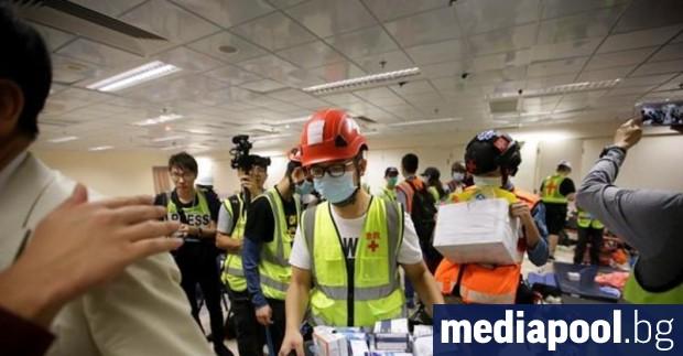 Десетки продемократични демонстранти в Хонконг, решени да стигнат докрай, остават