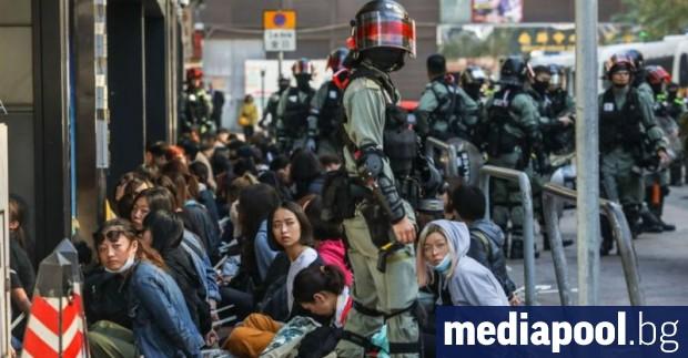 Хонконгската полиция щурмува кампус, окупиран от протестиращи студенти, предаде Асошиейтед