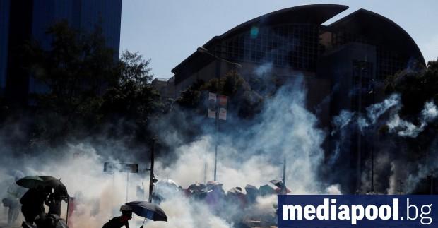 Хонконгски полицай беше ранен в крака от стреличка, изстреляна от