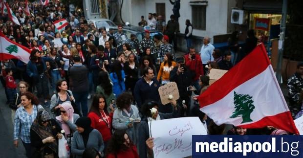 Стотици ливански жени преминаха в шествие покрай някогашна фронтова линия
