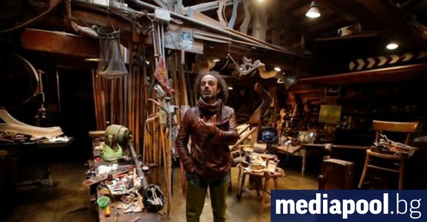 Един от само четиримата майстори, изработващи весла за прочутите венециански