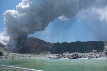 """""""Вулканичният"""" туризъм привлече вниманието след изригването на вулкан в Нова Зеландия"""