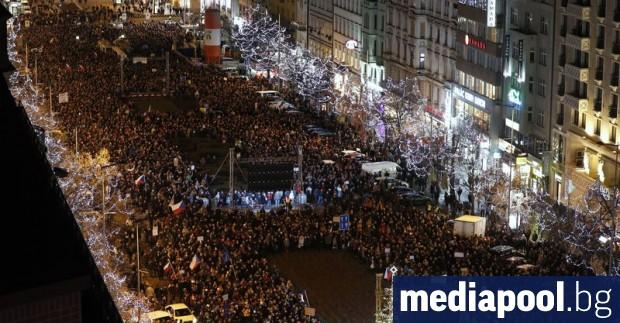 Десетки хиляди хора излязоха снощи по улиците на чешката столица