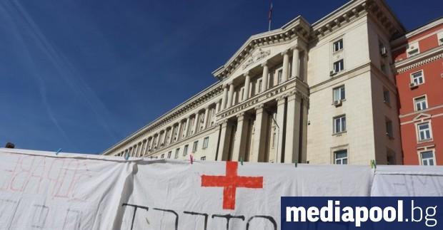 Участниците в започналия в неделя протест на медицински специалисти с