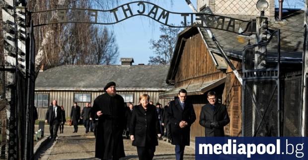 Германската канцлерка Ангела Меркел пристигна в петък в бившия нацистки
