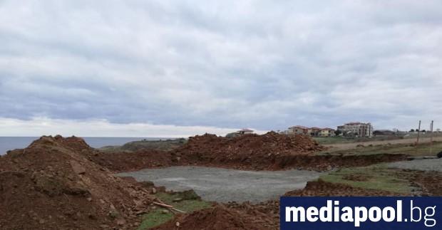 Нов строеж се появи на метри от скалите в черноморското