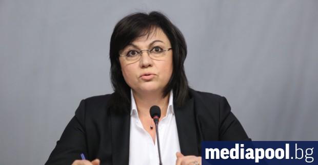 Лидерът на БСП Корнелия Нинова се обърна през профила си