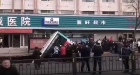 Автобус падна в дупка на улицата в Китай, най-малко шестима загинаха