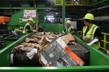 Властта продължава със стрелба на халос за вносния боклук