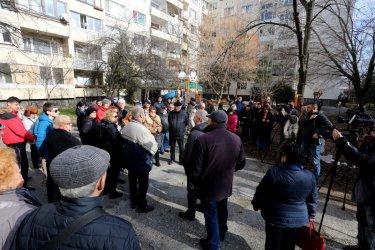 """Жители на столичния кв. """"Младост"""" протестираха заради забавено саниране"""