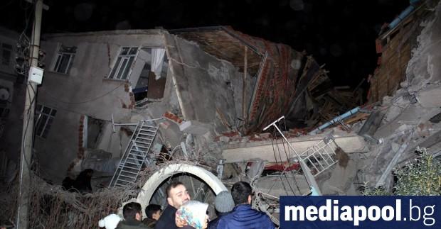 Спасителните екипи са извадили 45 души живи изпод развалините след