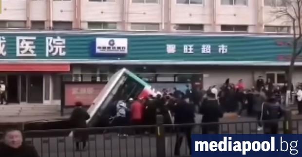 Снимка: Автобус падна в дупка на улицата в Китай, най-малко шестима загинаха
