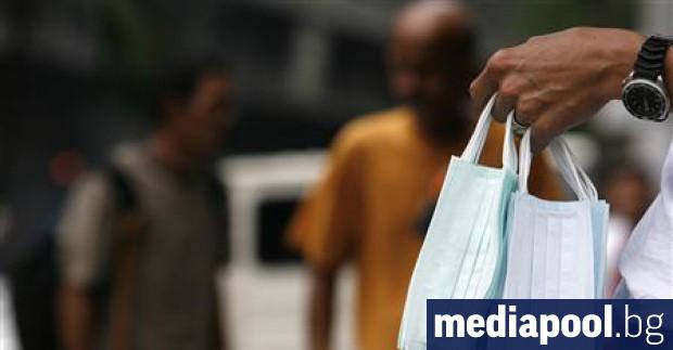 Хората в цял свят масово изкупуват медицинските маски в опит