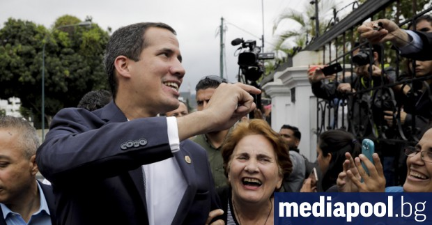 Силите за сигурност, верни на президента Николас Мадуро, обградиха и