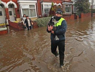 Четирима загинали във Великобритания заради бурята Денис