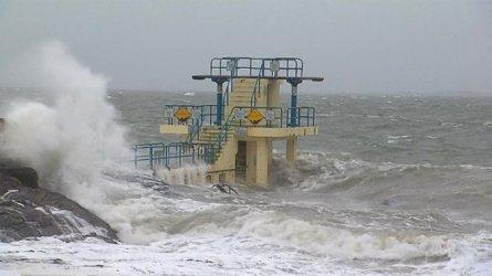 Отменени полети, влакове и мачове на Острова заради бурята Сиара