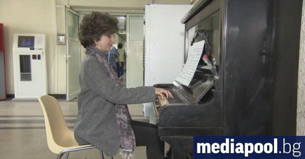Преподавателката по пиано Златка Ангелова подари пиано на специализираната болница