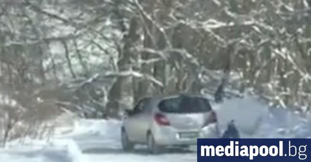 Баща, който е дърпал с кола 8-годишния си син по