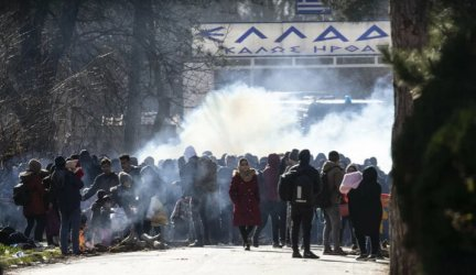 Гръцката полиция стреля със сълзотворен газ срещу мигранти на границата с Турция