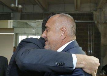 Борисов: Те ме целуват, аз ги прегръщам... Вие преглеждате ли ги тея?