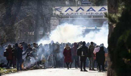Стотици мигранти се опитаха да щурмуват границата между Турция и Гърция