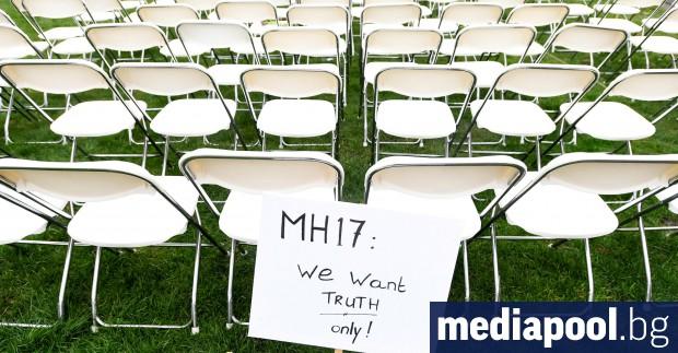 Редици от бели столове бяха подредени пред руското посолство в