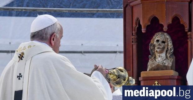 Папа Франциск отмени официалните си аудиенции за днес поради настинка,