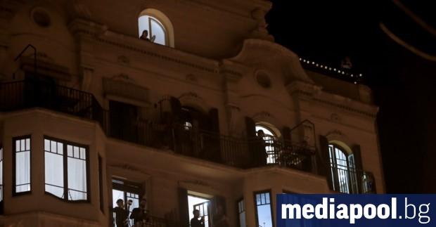Испанци под карантина излязоха на балконите си, за да дрънчат